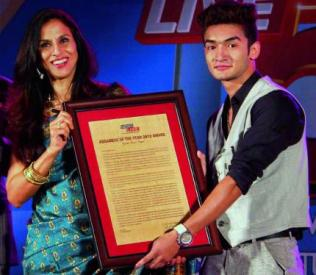 Olympian boxer Shiva Thapa receives the Assamese of the Year 2012 award from author and columnist Shobha De at Machkhowa in Guwa