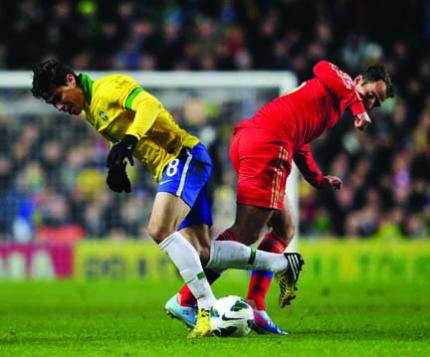 Brazil's Hernanes (left) fights for the possession of the ball during a friendly match against Russia.