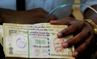 money-indian-rupees-22-08-2013_0.jpg